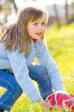 Mooi meisje met bal royalty-vrije stock afbeeldingen