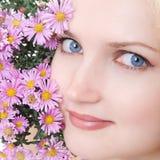 Mooi meisje met bloem Royalty-vrije Stock Afbeeldingen