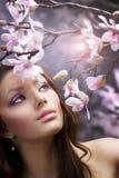 Mooi Meisje met bloemen Stock Afbeeldingen