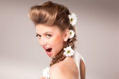 Mooi meisje met bloemen in haar haar Royalty-vrije Stock Afbeeldingen