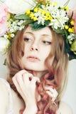 Mooi meisje met bloemkroon op hoofd Stock Foto