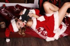 Mooi meisje met blond haar en charmante glimlach, in Santa Hat stock fotografie
