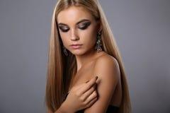 Mooi meisje met blonde haar en avondmake-up met juweel stock foto