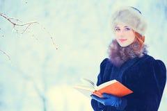 Mooi meisje met boek stock afbeelding