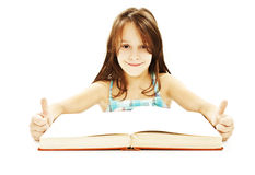 Mooi meisje met boek, dat O.K. teken toont Stock Afbeeldingen