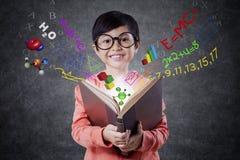 Mooi meisje met boek en formule Royalty-vrije Stock Afbeelding