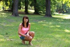 Mooi meisje met bruine ogen in het park Stock Afbeeldingen
