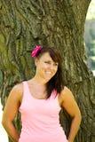 Mooi meisje met bruine ogen in het park Stock Fotografie