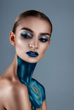 Mooi meisje met creatieve samenstelling Heldere kleuren blauwe lippen Conceptuele kunst de kosmos, het heelal Royalty-vrije Stock Afbeeldingen