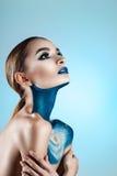 Mooi meisje met creatieve samenstelling Heldere kleuren blauwe lippen Conceptuele kunst de kosmos, het heelal Royalty-vrije Stock Foto