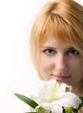 Mooi meisje met de bloem van lelie stock fotografie
