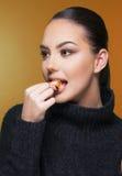 Mooi meisje met de vitamine Cseizoen van het citrusvruchtenmandarijntje en gezond concept Stock Fotografie