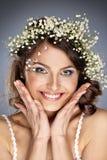 Mooi meisje met de zomerbloemen in haar Stock Afbeelding