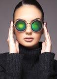 Mooi meisje met de zomerzonnebril en het dichte omhoog commerciële concept van de oogslijtage Stock Afbeeldingen