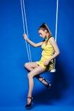 Mooi meisje met discomake-up het stellen op schommeling Royalty-vrije Stock Foto's