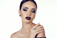 Mooi meisje met donker haar met helder extravagant make-up en juweel Stock Fotografie