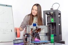 Mooi meisje met driedimensionele printer Stock Afbeeldingen