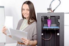 Mooi meisje met driedimensionele printer Stock Afbeelding