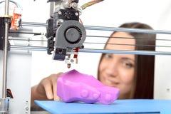 Mooi meisje met driedimensionele printer Royalty-vrije Stock Foto