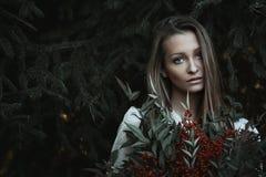 Mooi meisje met droevige starende blik Stock Foto's