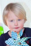 Mooi meisje met een blauw stuk speelgoed vuurrad Royalty-vrije Stock Foto