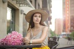 Mooi meisje met een boeket in de stad Stock Foto's