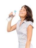 Mooi meisje met een fles koud water Stock Afbeeldingen