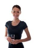 Mooi meisje met een glas water in de handen Stock Afbeeldingen