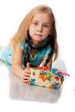 Mooi meisje met een heden Stock Afbeelding