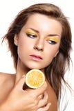 Mooi meisje met een heldere citroengele samenstelling Stock Foto's