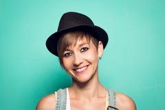 Mooi meisje met een hoed en een positieve houding stock afbeeldingen