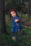 Mooi meisje met een Kerstmiskroon op zijn hoofd in Stock Fotografie