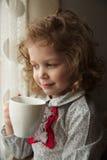 Mooi meisje met een kop thee stock foto