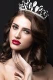 Mooi meisje met een kroon in de vorm van een prinses Stock Foto