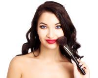 Mooi meisje met een make-upborstel Stock Afbeeldingen