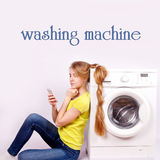 Mooi meisje met een mobiele geïsoleerde telefoon en een wasmachine Stock Foto