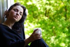 Mooi meisje met een mok koffie Stock Fotografie