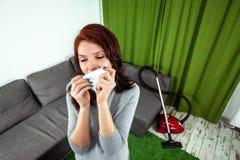 Mooi meisje met een servet, dat van stofa het jonge vrouw ziek kijken niest desperately, ademend in het stof dat uit a komt stock fotografie