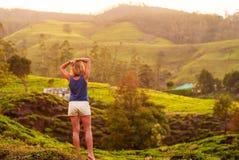 Mooi meisje met een sportencijfer die de bergen bekijken stock afbeelding