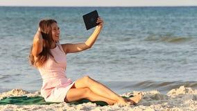Mooi meisje met een tabletcomputer stock videobeelden