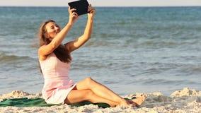 Mooi meisje met een tabletcomputer stock video