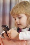 Mooi meisje met een telefoon in hun handen Stock Afbeelding