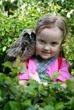 mooi meisje met een uil op haar schouder royalty-vrije stock fotografie