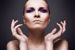Mooi meisje met een violette samenstelling Stock Afbeelding