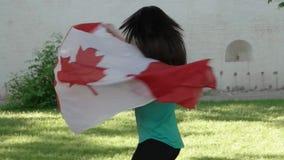 Mooi meisje met een vlag van Canada stock video