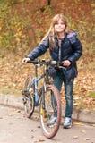 Mooi meisje met fiets Stock Afbeelding
