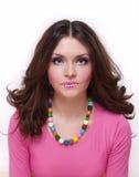 Mooi meisje met gekleurde lippen en parels Royalty-vrije Stock Foto