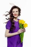 Mooi meisje met gele tulpen Stock Afbeeldingen