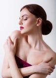 Mooi meisje met gesloten ogen en donkere haren, met schone huid, met naakte schouders Royalty-vrije Stock Foto