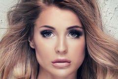 Mooi meisje met glamourmake-up royalty-vrije stock afbeeldingen
